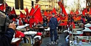 El Sindicato de la Aguja (SUA) elabora uniformes frente al Ministerio de Economía